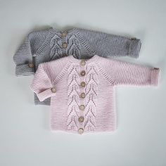 ~ I loved knitting these! These were amazing to knit. Baby Boy Cardigan, Knitted Baby Cardigan, Knitted Baby Clothes, Baby Cardigan Knitting Pattern, Baby Knitting Patterns, Knitting Designs, Diy Bebe, Gris Rose, Knitting For Kids