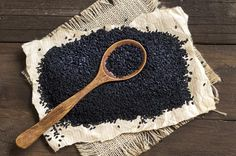 Back seeds, also called black cumin, are the seeds of the nigella sativa flowering plant, commonly known as fennel flower. Black seeds and the oil pressed from them have been used in traditional medical systems in different cultures for centuries. Nigella Sativa, Nigella Seeds, Le Mal A Dit, Kalonji Seeds, Weight Loss Herbs, How To Make Oil, Black Sesame, Herb Seeds, Black Seed