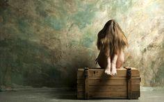 Schon in der Kindheit beginnt der Prozess, in dem sich unsere Identität formt. Aber was passiert, wenn uns nicht ganz klar ist, wer wir sind?