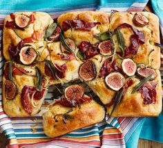 Fig & Serrano ham picnic bread Enjoy as it is with extra virgin olive oil and balsamic vinegar for dunking, or smear with soft goat's cheese and top with a handful of rocket Fig Recipes, Italian Recipes, Bakery Recipes, Gourmet Recipes, Cafe Restaurant, Fall Picnic, Autumn Picnic Recipes, Picnic Dinner, Tapas