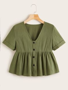 To find out about the Plus Button Front Ruffle Hem Smock Blouse at SHEIN, part of our latest Plus Size Blouses ready to shop online today! Simple Outfits, Trendy Outfits, Summer Outfits, Cute Outfits, Fashion Outfits, Blouse Peplum, Moda Vintage, Crop Top Outfits, Summer Shirts