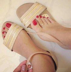 Cute Toes, Pretty Toes, Feet Soles, Women's Feet, Vanessa Santos, Red Pedicure, Foot Love, Foot Pics, Pumps