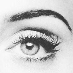 Nuestra mirada, nuestros ojos... no son únicamente el espejo del alma, el rasgo atractivo que potenciar. La luz LED de las nuevas y necesarias tecnologíastales como tablets, ordenadores, smartphon...