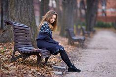 поздняя осень, опавшая листва, парк, лавочка, задумчивая девушка