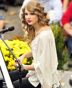 Taylor Swift - Taylor Swift Photos - Taylor Swift Performs a Surprise Free Concert in Central Park - Zimbio Taylor Swift Curls, Taylor Swift Speak Now, Live Taylor, Taylor Swift Style, Taylor Swift Pictures, Taylor Alison Swift, Taylor Swift Country, Swift Photo, Fans