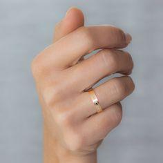La combinación entre los acabados brillo y mate junto con el diamante talla princesa, hacen que esta #alianza sea inconfundible. Referencia 5140494P de Argyor.