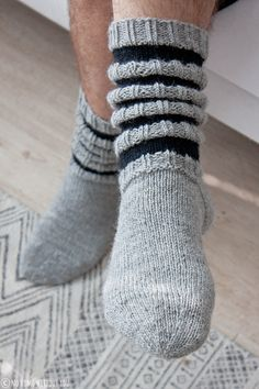 Suutari& boyfriend finally got his own woolen socks. I didn& mind waiting . Knitting Charts, Knitting Socks, Hand Knitting, Knitting Patterns, Knitting Ideas, Chrochet, Knit Crochet, Woolen Socks, Sock Toys