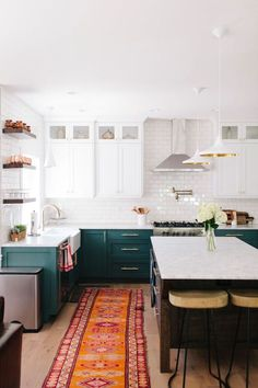 cuisine-bleu-canard-bois-plancher-massif-ilot-central-bois-foncé