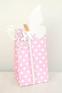 Sacolas de Lembrancinhas poá, place card borboleta e fita decorativa #poá #festa #lembrancinhas #jardim