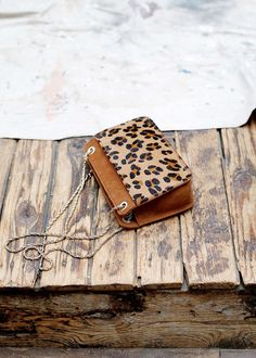 Leopard Print Accessories - How to Wear it - FashionActivation Leopard Print Bag, Leopard Print Outfits, My Bags, Purses And Bags, Sac Week End, Hermes Handbags, Printed Bags, Mode Inspiration, Mode Style