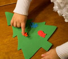 Easy Christmas Tree Craft. Great for Toddlers!