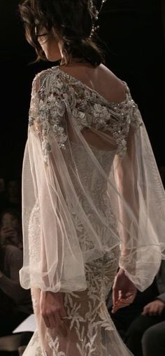 80 beautiful vintage haute couture wedding dresses 61 - Beauty of Wedding Beautiful Gowns, Beautiful Outfits, Simply Beautiful, Bridal Gowns, Wedding Gowns, Boho Wedding, Glamour, Bridal Fashion Week, Mode Inspiration