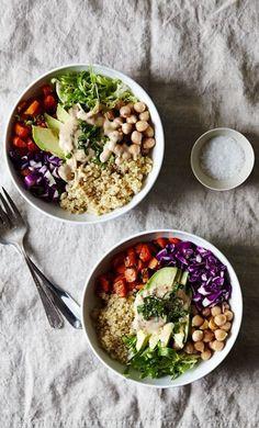 Le bon mix : quinoa + pois chiches + chou rouge + carotte + salade frisée + avocat La sauce : crème de sésame (tahini) + jus de citron + sauce soja + moutarde + vinaigre de vin Découvrez la recette...