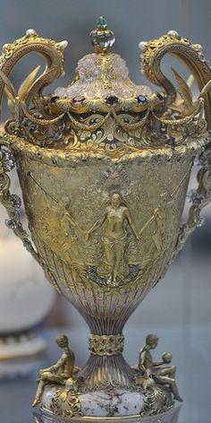 Sumptuous Tiffany vase. Metropolitan Museum of Art, New York**.
