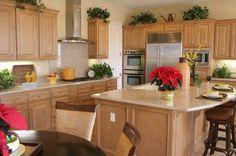 este es el color preferido para los muebles de la cocina , muy bonita el uso de las plantas y que los gabinetes no llegan al techo asi que se puede decorar arriba de ellos la isla en el medio es perfecta