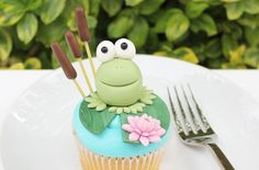 These cheeky looking little frogs look like they are just waiting to be kissed by a princess, we love them! Try our easy step-by-step decorating guide here: Frog Cupcakes, Frog Cookies, Animal Cupcakes, Easter Cupcakes, Fondant Cupcakes, Cupcake Cakes, Cup Cakes, Cake Decorating Tutorials, Cookie Decorating
