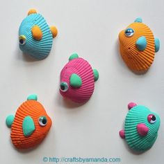 vrolijke vissen gemaakt van schelpen en plakoogjes.