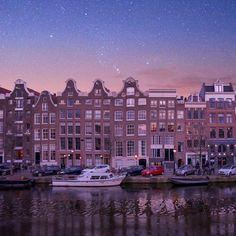 Amsterdam under the stars ✨ ? Ahhh si seulement mais c'est malheureusement un de mes montages de rêveuse 🙈(ce sont mes deux photos, une d'Amsterdam et une du ciel 🌌) ! Par contre il a fait tellement froid que la nuit le ciel était totalement dégagé. Bon j'avoue qu'il n'y avait pas autant d'étoiles puisqu'on était en ville mais c'était tout de même très beau 😍 Tout comme pour ma photo de Paris, ce serait vraiment magnifique de voir des étoiles comme ça au-dessus d'une ville mais pour voir…