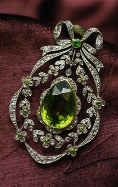 Belle Époque peridot, de cloak Ido garnet and diamond brooch / pendant, France, 1910-1920, peridot, de cloak Ido garnets, diamond, platinum, white gold, 5 × 2.9cm, 15.7g