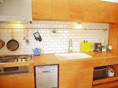 <p>ミニマリズムを感じるシナ合板仕上げのキッチン。ちょっとミッドセンチュリーっぽい