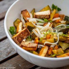 RYCHLÉ CUKETOVÉ THAJSKÉ CURRY                                   Thajské curry je velmi jednoduché na přípravu, zejména díky tomu, že hlavním nositelem chuti je voňavá kari pasta, které existuje mnoho druhů. Ale vpodstatě je jedno, kterou do tohoto receptu…