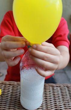 Encher balões de gás usando uma garrafa, vinagre e bicarbonato de sódio pode ser uma brincadeira super divertida, fácil de fazer e lúdica entre pais e filhos. - Veja mais em: http://www.vilamulher.com.br/artesanato/galeria-de-ideias/enchendo-baloes-de-gas-com-bicarbonato-e-vinagre-17-1-7886462-264.html?pinterest-destaque