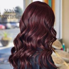 photo of burgundy hair cabello vino tinto, pelo rojo vino, pelo rizad Hair Color Auburn, Ombre Hair Color, Hair Color Balayage, Mahagony Hair Color, Hair Colors, Dark Red Balayage, Deep Auburn Hair, Ombre Hair Long Bob, Pelo Color Vino