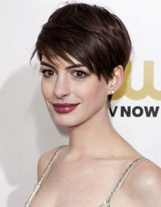 Level 3 Brunette Brown Hair Anne Hathaway's Short Hair Style - Since chopping off her locks, Anne Hathaway became a hair trendsetter. Discover and let yourself be inspired by Anne Hathaway's short hairstyle: the pixie cut!