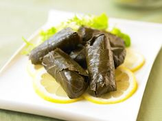 Mediterranean Meals: Stuffed Grape Leaves To go along with My Big Fat Greek Wedding movie date night Healthy Foods To Eat, Healthy Cooking, Cooking Recipes, Healthy Recipes, Healthy Eating, Healthy Dinners, Mediteranian Diet Recipes, 400 Calorie Meals, Stuffed Grape Leaves