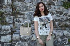 T-shirt in fibra di latte e pantaloni fluidi, un look green chic