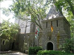 Hammond Castle in Gloucester, MA Mr Hammond was very eclectic when building his castle. The materials used were taken from all around the world from many different time periods! A must see! Places To See, Places Ive Been, Hammond Castle, Vacation Spots, Vacation Ideas, Medieval Castle, Gloucester, New Hampshire, New England