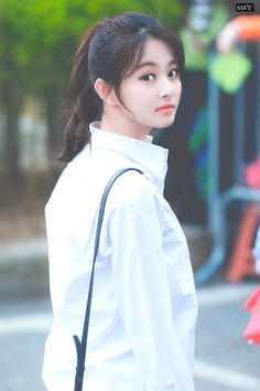 I'm sorry but she kinda looks like Mark lee in this pic Nayeon, Kpop Girl Groups, Korean Girl Groups, Kpop Girls, Beautiful Girl Image, Beautiful Asian Girls, Beautiful Women, Thalia, Sixteen