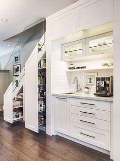 Une cuisine sous escalier adopte le blanc