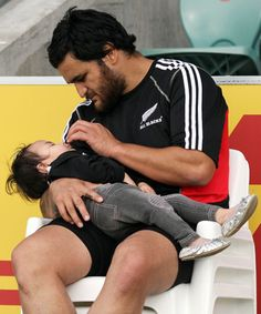 Piri Weepu and his daughter (RWC, New Zealand All Blacks) tough as nails, but sweet and cuddly at the same time All Blacks Rugby Team, Nz All Blacks, Steve Hansen, Richie Mccaw, International Rugby, Super Rugby, New Zealand Rugby, Rugby Men, Calm Before The Storm