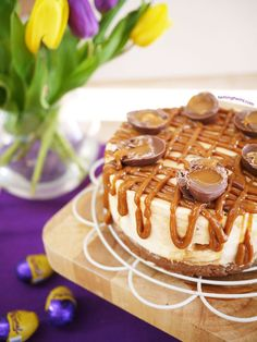 Caramel Egg Cheesecake - A light, rich no bake caramel cheesecake. The perfect easy but stunning dessert! Creme Egg Cheesecake, Baked Cheesecake Recipe, Caramel Cheesecake, Cupcake Recipes, Cupcake Cakes, Dessert Recipes, Pudding Recipes, Cadbury Creme Egg Recipes, Cadbury Eggs