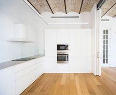 Cocinas blancas de techos altos / Recuperación de techos de ladrillo / Entrada de paredes blancas / Una vivienda moderna con retales de historia #hogarhabitissimo #modernista #nordic