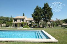 LE BIJOU DE SAINT-REMY (Saint-Rémy de Provence) - Prachtige villa met privé zwembad, gelegen op een terrein van 2000m² in het hart van Saint-Rémy de Provence. Deze authentieke dorpswoning werd recentelijk gerestaureerd en combineert authenticiteit met hedendaags comfort. Met een bewoonbare oppervlakte van 450m², beschikt deze mas over 4 slaapkamers met ensuite badkamers en is hij geschikt voor 8 personen.
