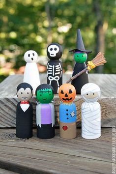 How to paint Halloween peg dolls! Peg doll tutorial tips How to make Halloween peg dolls. These peg dolls are so easy to make if you paint step-by-step. A DIY peg doll tutorial that anyone can do! Diy Halloween Village, Spooky Halloween, Halloween Crafts, Holiday Crafts, Halloween Decorations, Halloween Tutorial, Wood Peg Dolls, Clothespin Dolls, Doll Crafts