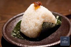 Onigiri or rice balls is an everyday food in Japan. This dish is made with plain rice stuffed with meat and fish that is shaped into a ball or triangle. Usually a piece a seaweed is wrapped around the rice ball before serving. Japanese Rice, Japanese Snacks, Japan Sushi, My Favorite Food, Favorite Recipes, Paleo On The Go, Going Paleo, Braised Pork, Rice Balls