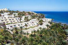 Tres Vidas er en del av ferielandsbyen Blue Village Bahía Feliz. Her finner familien alt fra barneklubb, bassenger, flere restauranter og spasenter. Canario, Restaurant, Beach, Water, Outdoor, Bahia, Happy, Life, Gripe Water