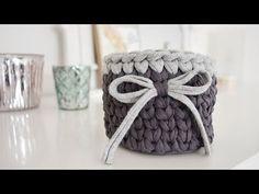 Home decor Crochet Basket 💕 Crochet Clutch, Crochet Handbags, Home Decor Baskets, Faux Fur Pom Pom, T Shirt Yarn, Summer Bags, Simile, Clutch Purse, Crochet Baby