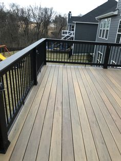 Timber tech tigerwood with espresso border and builder rail. Cool Deck, Diy Deck, Metal Deck Railing, Deck Stain Colors, Laying Decking, Tech Deck, Deck Construction, House Deck, Screened In Porch