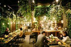 """""""温室""""をコンセプトにした緑溢れる空間が広がる、Aoyama Flower Market TEA HOUSE 赤坂Bizタワー店。ホワイトデーのデートにおすすめのカフェだ"""