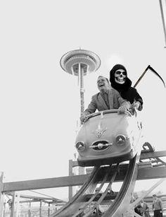 Wanneer ik naar een foto van een achtbaan was aan het zoeken vond ik deze. Ik vind het wel een grappige foto.