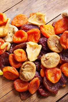 Is Dried Fruit Healthy, Best Dried Fruit, Healthy Fruits, Fresh Fruit, Nutritious Snacks, Fruit Snacks, Dried Apricots, 100 Calories, Sugar Cravings