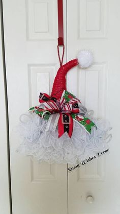 Diy Christmas Hats, Christmas Mesh Wreaths, Christmas Projects, Christmas Ornaments, Country Christmas, Santa Hat, Elf Hat, Santa Wreath, Xmas Decorations