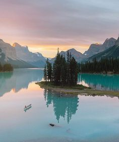 """Wilderness Culture auf Instagram: """"A 14km paddle to Spirit Island and this could be your sunrise #JasperNationalPark #Canada Photo: @reneeroaming #wildernessculture"""""""