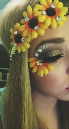 Sunflower rave makeup rave festival, festival looks, festival wear, festival outfits, festival Rave Festival, Festival Looks, Festival Wear, Festival Outfits, Festival Face Jewels, Rave Halloween, Halloween Costumes, Make Carnaval, Hippie Makeup