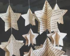 decoracion de estrellas con libros o partituras : 1º recortas una estrella completa y la pegas sobre un hilo/tanza 2º cortas otra y la cortas a la mitad pegas las 2 mitades de manera transversal