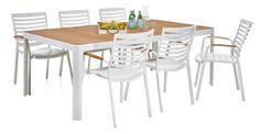Raikkaan valkoinen, tyylikäs ruokailuryhmä. Reilunkokoisessa pöydässä on FSC-sertifioitu tiikkikansi ja tuoleissa kauniit tiikkiset...